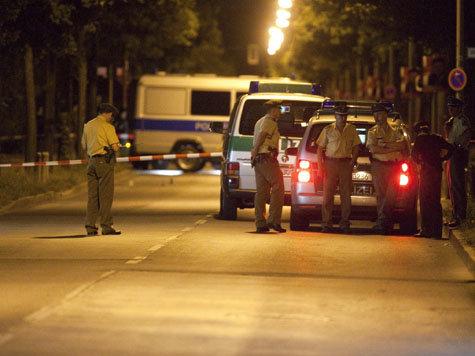 Ein Augenzeuge berichtete, am Tatort wimmle es von Polizisten.