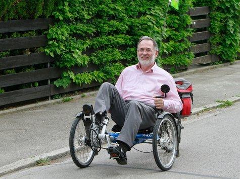 Georg Kronawitter mit seinem Liegedreirad